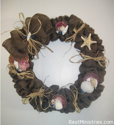 HOW TO MAKE A BURLAP WREATH: Great little tutorial on how, with a bit of burlap and some wire you can make a natural looking wreath to compliment your decor. In this tutoruial @Lisa Copen uses seashells and such to compliment her beach theme.